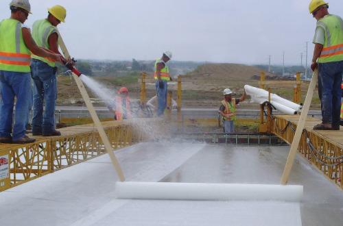проливать бетон