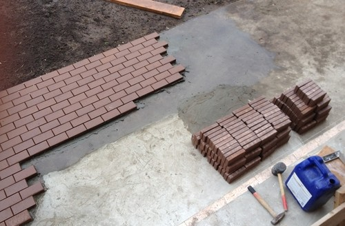 Укладка тротуарной плитки на бетон: выбор материала, инструкция по монтажу