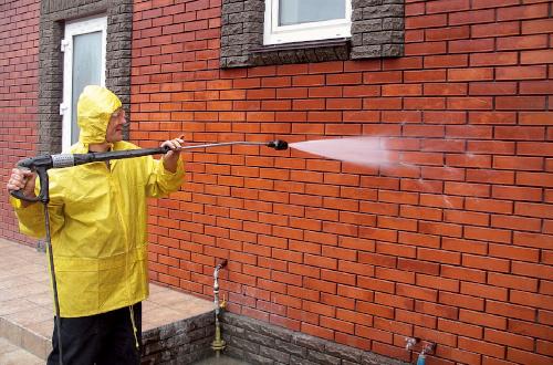 Мытье стены от высолов