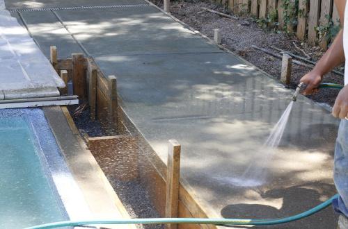 Сколько дней надо поливать бетон водой после заливки