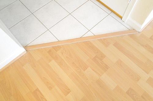 Правильная стыковка линолеума и плитки