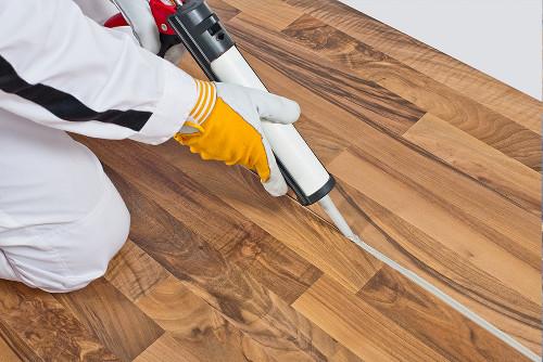Как и чем заделать щели в деревянном полу: 5 проверенных временем методов